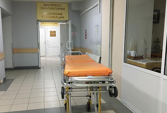 Вольские врачи спасают раненого ножом полицейского